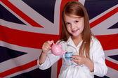 Dziewczyna na tle flagi Wielkiej Brytanii — Zdjęcie stockowe