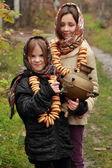 молодые девушки на осенний пейзаж — Стоковое фото