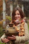 在老式的俄罗斯头巾的女孩 — 图库照片