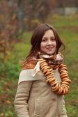 Dziewczyna w vintage rosyjski chustę — Zdjęcie stockowe