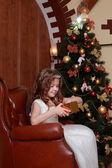 Krásná princezna poblíž stromu kožešin — Stock fotografie
