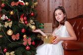 Küçük kız noel ağacı üzerinde — Stok fotoğraf