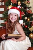 Dziewczyna czytania książki w okresie bożego narodzenia — Zdjęcie stockowe