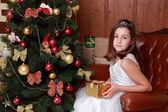 Bambina su albero di Natale — Foto Stock