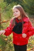 Sonbahar park'ta küçük kız — Stok fotoğraf