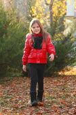 маленькая девочка с кленовых листьев — Стоковое фото
