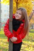 Fille en automne parc — Photo