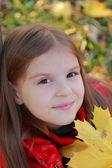 Petite fille avec des feuilles d'automne — Photo