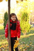 Little girl at autumn park — Stockfoto