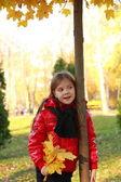 Garotinha no parque outono — Foto Stock