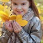 Little girl at autumn park — Stock Photo