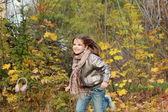 Kleines mädchen im herbst-park — Stockfoto