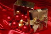 подарочная коробка с золотым елочные шары — Стоковое фото