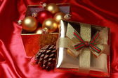 Gift box with golden christmas balls — Photo