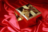 Gift box with golden christmas balls — Stock fotografie