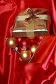 礼品盒用金色圣诞球 — 图库照片