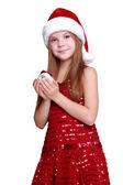 Kleines mädchen hält christmas ball — Stockfoto