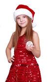 Chica sosteniendo la decoración de Navidad en las manos — Foto de Stock
