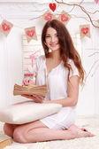 Kobieta trzyma rocznika koperty — Zdjęcie stockowe
