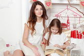 Mother and her daughter over Valentine's Day interior — Stock fotografie