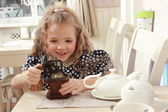 Fille avec un vieux moulin à café — Photo