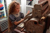 Girl and an old cash register — Stock Photo