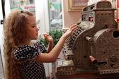 Ragazza e un vecchio registratore di cassa — Foto Stock