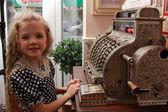 女の子と古いレジ — ストック写真