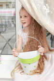 Girl playing with a bucket — Stock fotografie