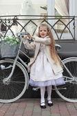 Девочка и велосипед — Стоковое фото