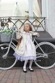 Ragazza e bici — Foto Stock