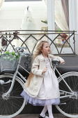 Menina e a bicicleta — Fotografia Stock