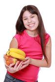 Meyve tabağı tutan kız — Stok fotoğraf