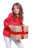 Little girl holding present box — Stockfoto