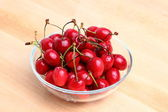 Sweet cherries in glass bowl — Stockfoto