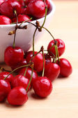 Sweet cherries in bowl — Stockfoto