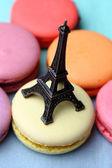 Macaroons and figurine of the Eiffel Tower — Stock Photo
