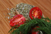 Mogna färska tomater och örter — Stockfoto