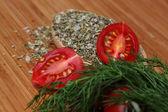 Rijpe verse tomaten en kruiden — Stockfoto