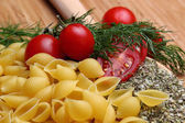 Uncooked pasta and fresh tomatoes — Foto de Stock