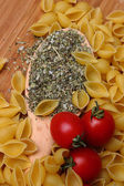 Uncooked pasta and fresh tomatoes — 图库照片