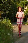 小女孩骑踏板车 — 图库照片