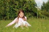 Holčička na zelené trávě — Stock fotografie