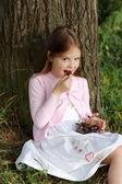 吃樱桃的小女孩 — 图库照片