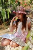 маленькая девочка с зеленым яблоком — Стоковое фото