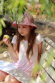 Dziewczynka z zielonym jabłkiem — Zdjęcie stockowe