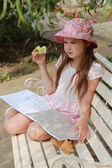 Petite fille avec apple — Photo