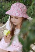 Little girl with apple — Stockfoto