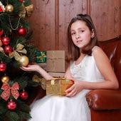 Kleines mädchen zu weihnachten — Stockfoto