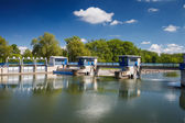 Bir nehir üzerinde kanal kilidi / savak / gemi kilidi — Stok fotoğraf